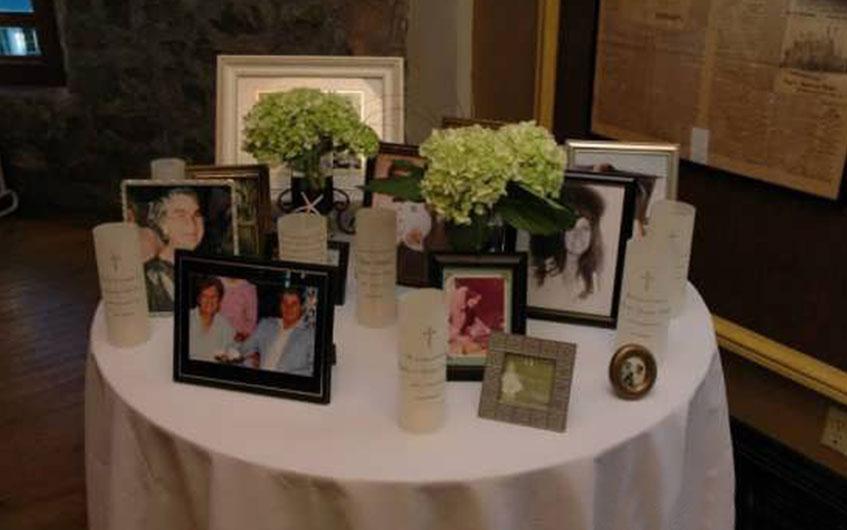 تزیین میزهای گرد با استفاده از قاب عکس